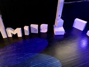 """""""MIES2017""""-lavasteissa näkyy näytelmän aihe, miehen sukupuoli-identiteetti"""
