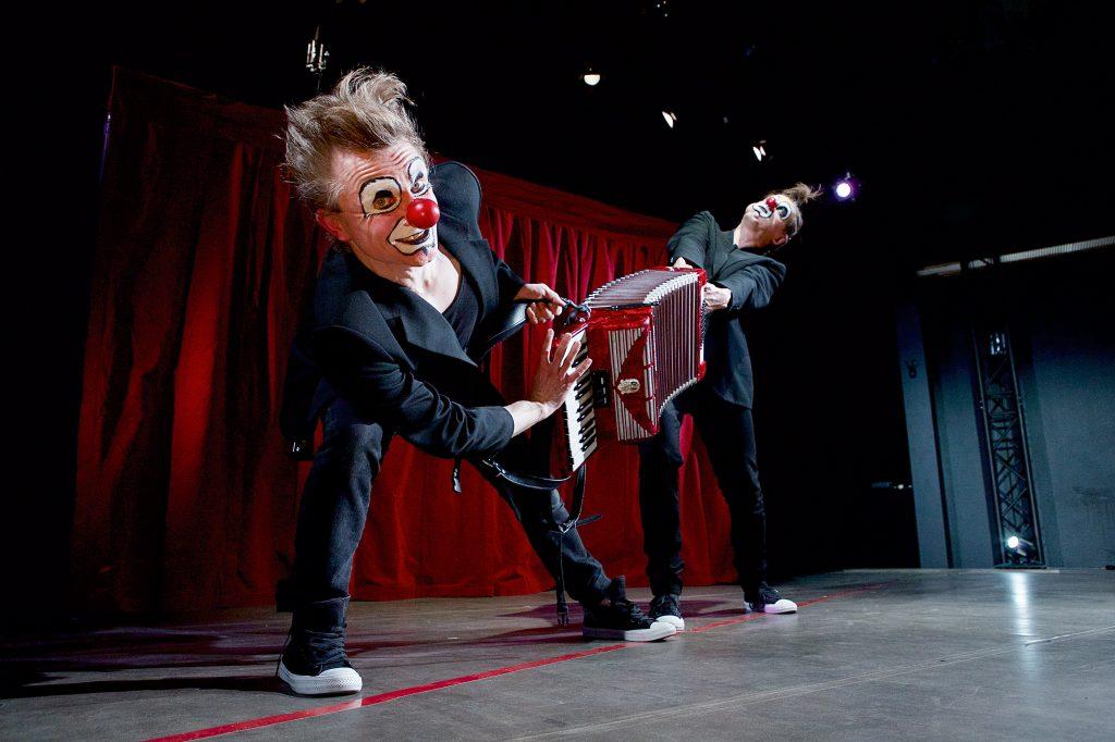 """""""Punainen viiva""""-esityksessä tutut rock-kappaleet saavat aivan uudet tulkinnat. Kuva: Tero Ahonen ja Red Nose Company"""