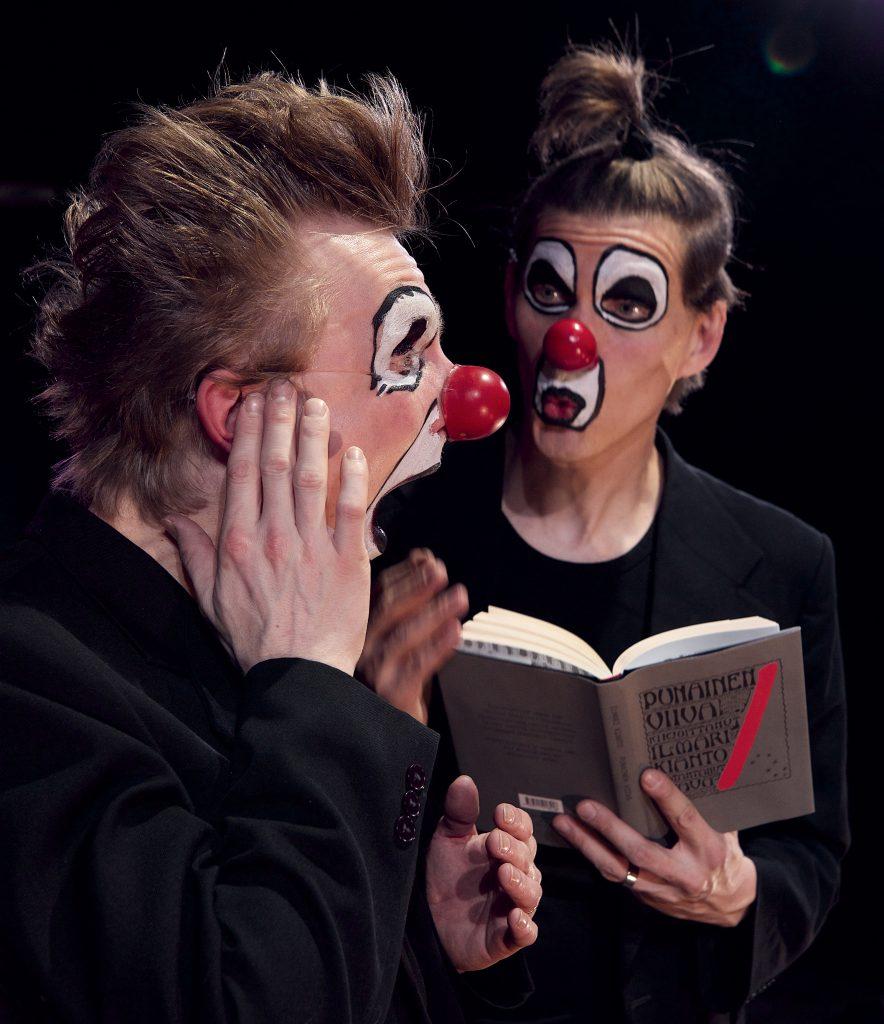 Red Nose Companyn tyyliin kuuluvat katkelmien lukeminen, luetusta keskusteleminen ja perään esitetyt usein hervottomat tulkinnat. Kuva: Tero Ahonen ja Red Nose Company